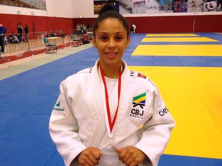 Bianca Vilma com sua medalha de ouro conquistada na Alemanha.