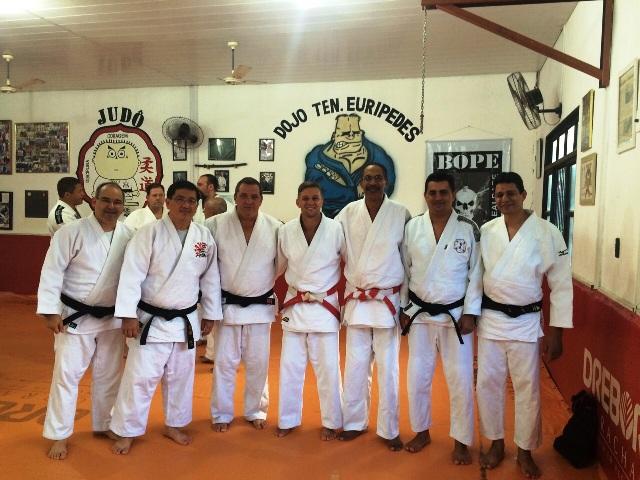 Na esquerda: Cesar PAschoal, Marcos Shimabukuro, Luis Emílio, André Mariano,  Reinaldo Pedro, Roberto Vieira e Antônio Esmi.