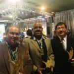 Cesar Paschoal e os Professores Alessandro Nascimento e Marco Shimabukuro com seus troféus.